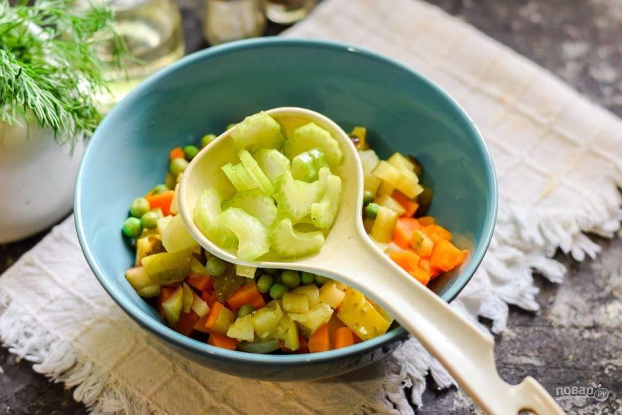 Стеблевой сельдерей нарежьте небольшими кусочками и отправьте к овощам.