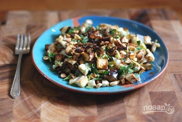 Соберите салат: выложите в блюдо баклажан и лук, полейте заправкой, присыпьте измельченным кориандром и подавайте. Можно подавать его немного теплым.