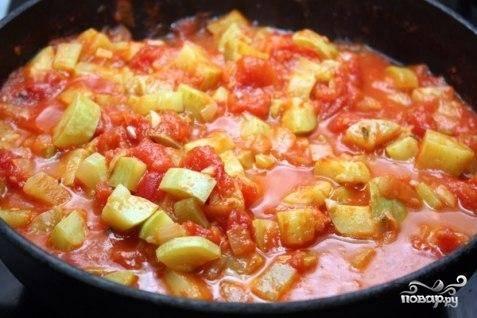 Когда томаты размякнут - уменьшаем огонь и минут 20 тушим овощи.