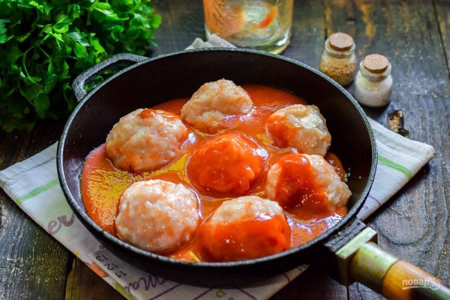 Залейте заготовку томатом и накройте крышкой. Тушите ежики 30 минут.