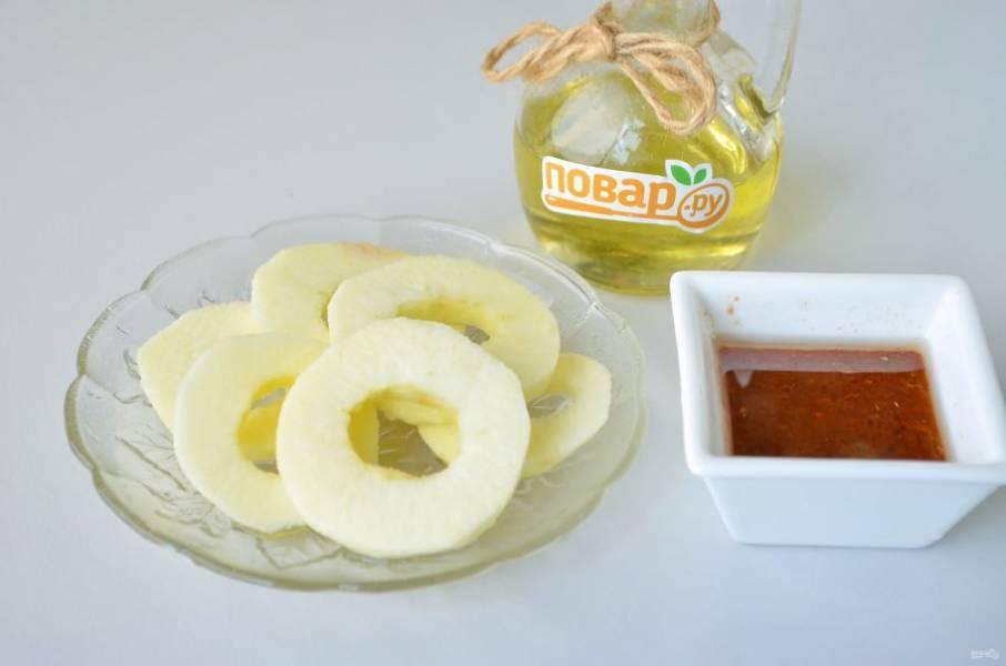 3. Яблоко очистите от кожуры, удалите сердцевинку, нарежьте колечками. Приготовьте глазурь: соедините все компоненты глазури и хорошо перемешайте.