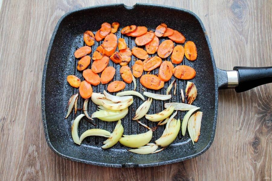 Обжаривайте овощи по 3 минуты с каждой стороны.