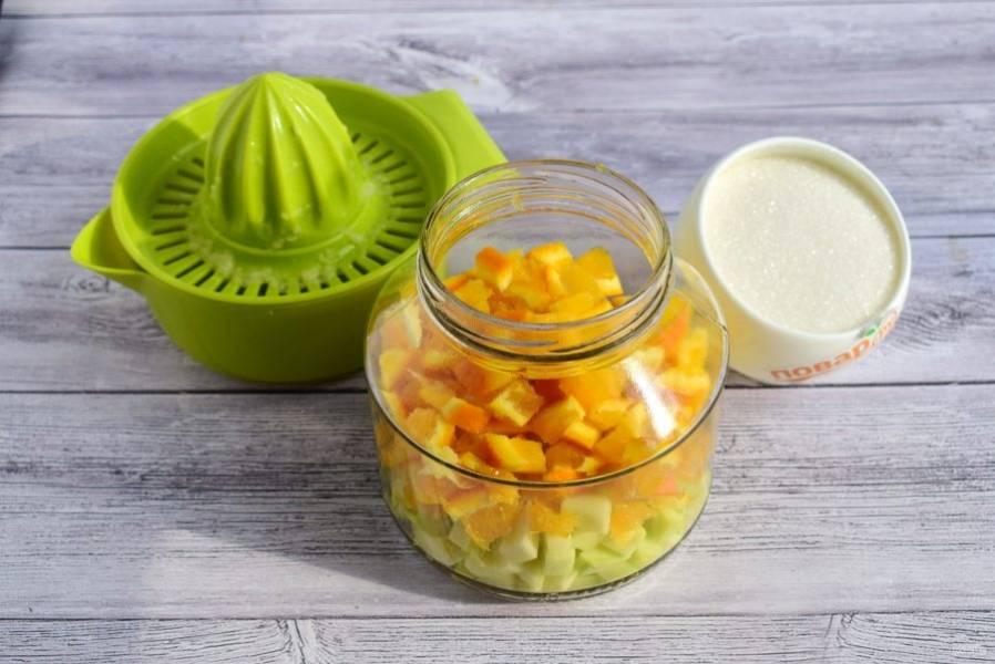 2. Из лимона выжмите сок, апельсин и кабачок нарежьте мелкими кубиками, удалите семена и косточки. Заложите в стерилизованные банки.