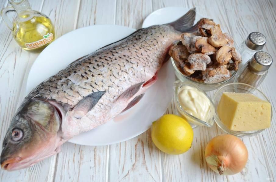 1. Рыбку первым делом нужно выпотрошить, сбить чешую, внутри хорошенько вымыть и удалить жабры.