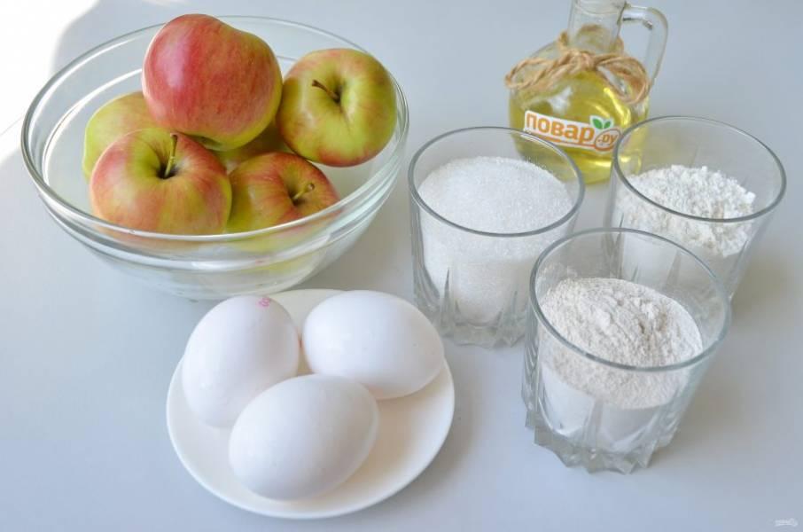 1. Подготовьте продукты. Отмерьте на весах точно муку, сахар. Вымойте яблоки.