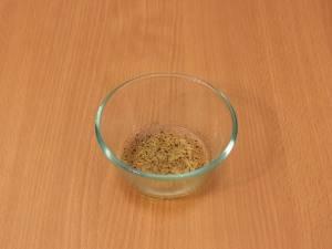 Делаем заправку. Для этого нужно смешать растительное масло, уксус, измельченный чеснок, соль и перец.