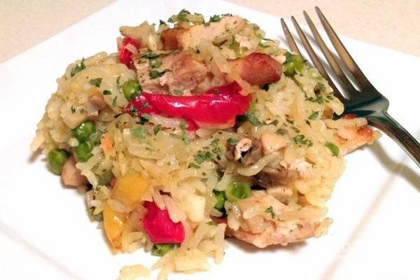 Подавайте плов горячим, с маринованными овощами или салатом. Приятного аппетита!