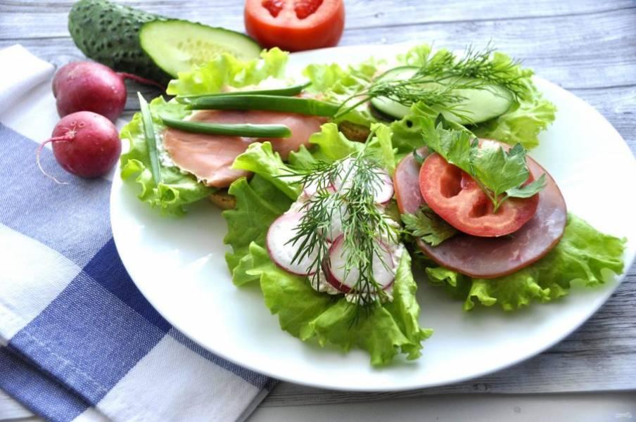 Для подачи остается только выложить бутерброды на блюдо, при желании, можно порезать на дольки остатки овощей, добавить зелень. Быстрая, вкусная и красивая закуска готова. Приятного аппетита!