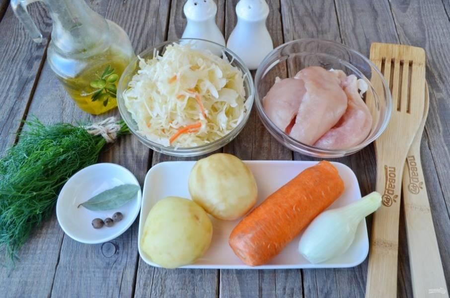 Подготовьте продукты. Вымойте куриное филе, положите его в кастрюлю, залейте холодной водой и проварите 30 минут.