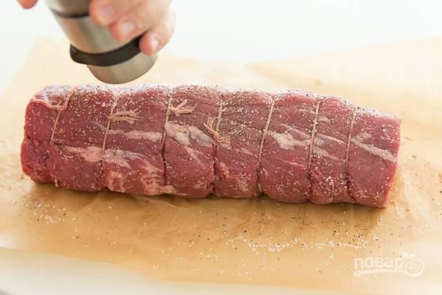 1. Для начала вырезку тщательно смажьте солью и перцем.