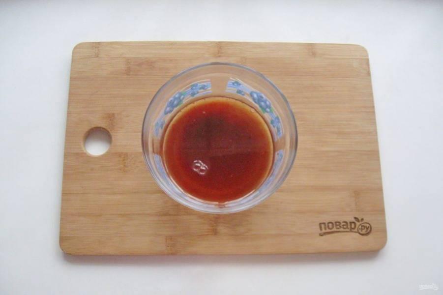 Перемешайте красный молотый перец, соевый соус и вино.