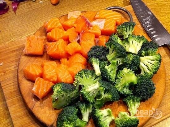 Нарежем брокколи и рыбное филе на кусочки.