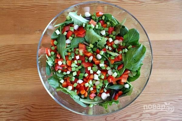 Потом промойте и нашинкуйте лук. Отправьте его в салат.