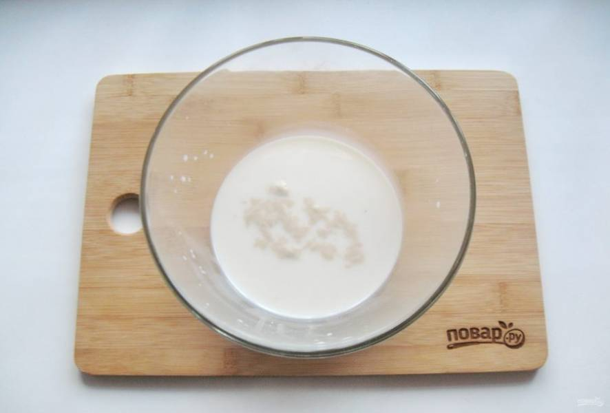 Молоко подогрейте до 35-37 градусов и налейте в миску. Всыпьте дрожжи и столовую ложку сахара.