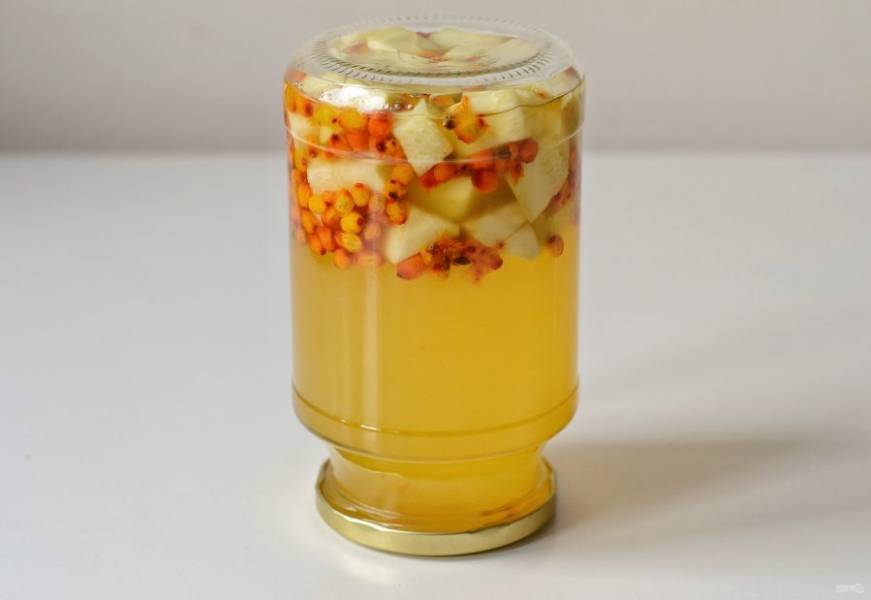 Залейте кипящим сиропом кабачки с ягодами. Плотно закрутите крышку, переверните верх дном, укутайте в тепло и оставьте так до полного остывания. Настаивать компот нужно минимум сутки.