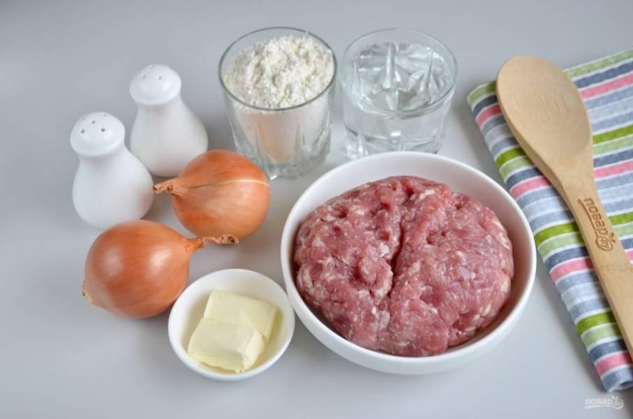 Подготовьте продукты. Я заранее вымыла мясо (часть свинины жирной и кусочек говядины) и перекрутила его на мясорубке через крупное сито.