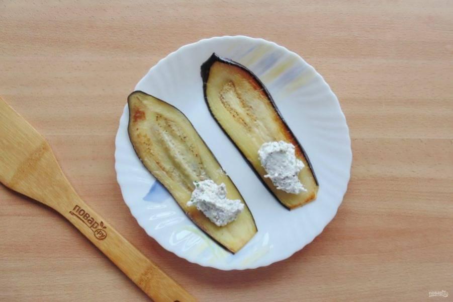 На каждую пластину баклажана выложите порцию начинки из творога и грецких орехов.