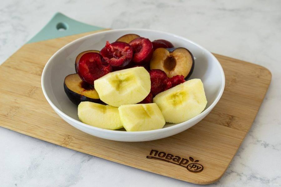 Сливы помойте, разрежьте пополам и удалите косточки. Яблоки помойте, очистите от кожуры, разрежьте на 4 части и удалите сердцевину.