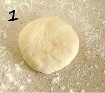 Из муки, соли, дрожжей (дрожжи разведите теплой водой), молока сухого, яйца и масла, сахарной пудры и теплой воды замесите тесто средней консистенции. Оставьте на час.