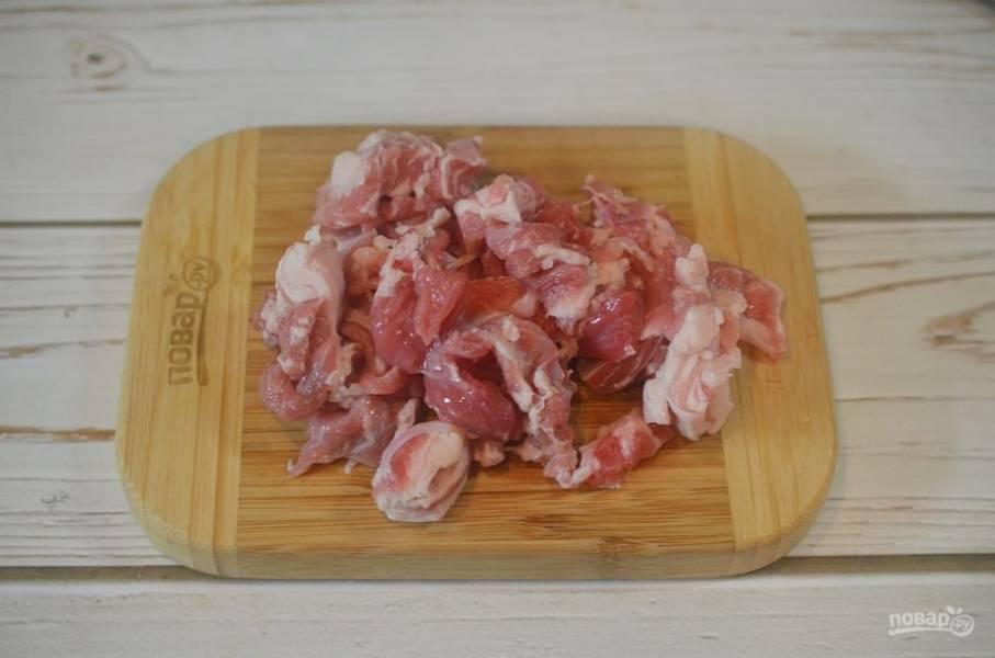 3. Мясо нарежьте кубиком, промойте и обсушите.