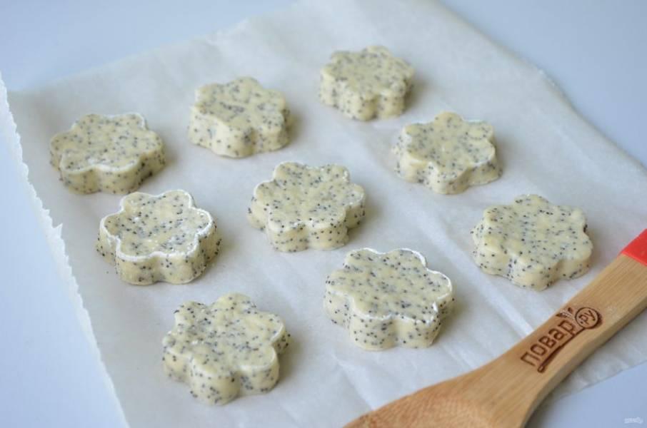 8. Выкладывайте печенье на пергамент, смазывайте желтком, выпекайте в горячей духовке (180 градусов) минут 15-20, до красивого золотистого цвета.
