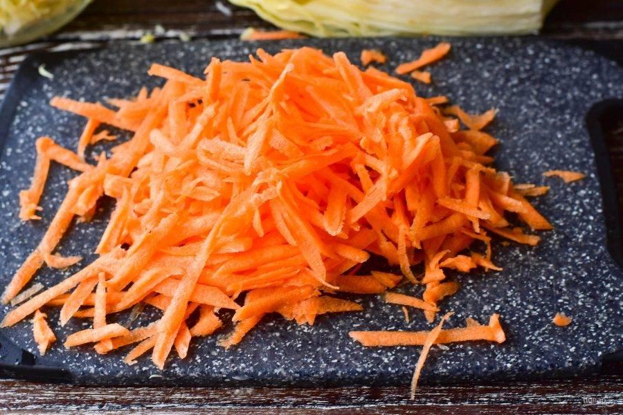 Морковь очистите и натрите на крупной терке.