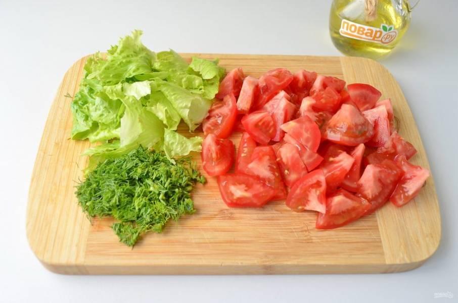 5. Порежьте крупно помидоры, мелко - укроп. Листья салата порвите руками.