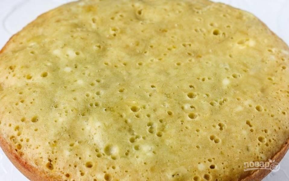 Поставьте форму с тестом в духовку и запекайте двадцать пять минут. На готовность проверяйте пирог лучиной. Готовый пирог остудите и подавайте к столу.