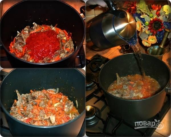 6. Добавьте помидоры в собственном соку (можно заменить их томатной пастой), оставьте минут на 5, после чего влейте горячую воду (в зависимости от размера сотейника или казана понадобится около 3.5-4.5 литра воды). Прикрыв крышкой, оставьте на 35-40 минут.