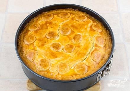 Заверните края пирога, сверху выложите кольца бананов для украшения. Затем возьмите один яичный желток, разведите его с водой, смажьте им верхушку пирога. После этого ставим пирог в духовке на 45 минут (при температуре 180 градусов). Как только пирог остынет, подавайте его на стол.