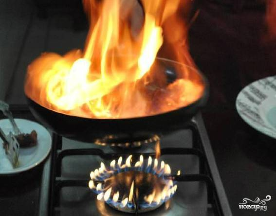 А сейчас нам понадобится огонек. Доливаем коньячку в сковороду с ягодами и поджигаем. Будьте осторожны. Не наливайте много коньяка. Если вы готовите на несколько порций, лучше разбить процесс приготовления на несколько частей. Иначе можно обжечься или что-нибудь поджечь. Выжигаем пары алкоголя в течение пары минут.