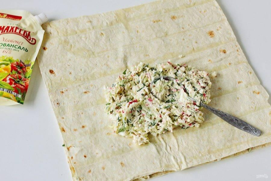 Накройте лаваш вторым листом и смажьте оставшейся начинкой.