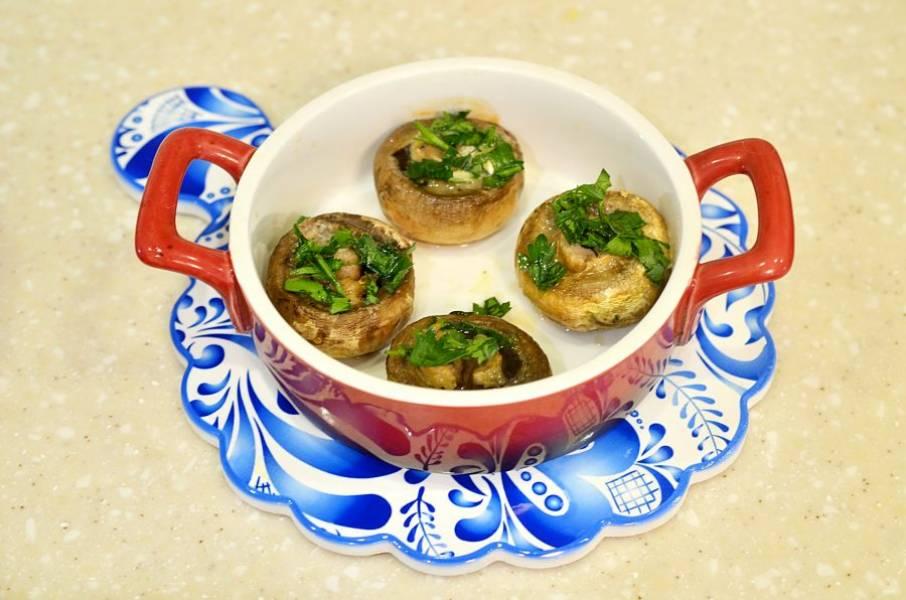 Готовые грибы полейте лимонным соком, посыпьте зеленью и подавайте к столу.