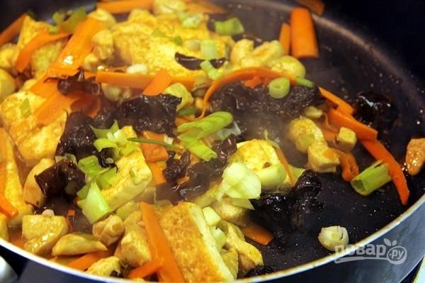 7. Добавьте курицу и жарьте до готовности. В конце добавьте тофу и вылейте соус. Томите еще буквально минутку и подавайте курицу с тофу и овощами к столу.