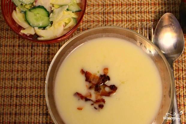 Готовый суп разлейте по тарелкам, в каждую положите бекон. Приятного аппетита!