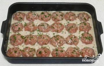 Залить полученным соусом тефтели так, чтобы они были на 3/4 покрыты жидкостью. Накрыть фольгой и поставить в духовку. Запекать при температуре 180 градусов 1 час.