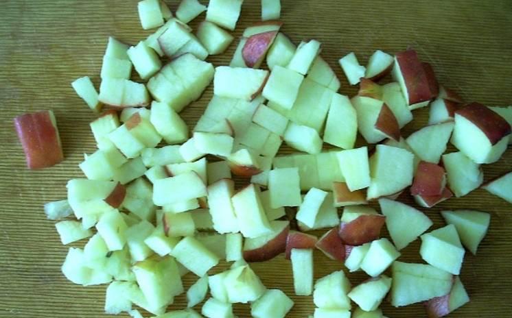 Яблоки промойте и нарежьте мелкими кубиками.