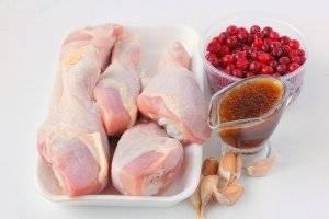 Для приготовления куриных голеней в клюквенно-медовом соусе нам понадобится чеснок, куриные голени, клюква, медовый соус с горчицей.