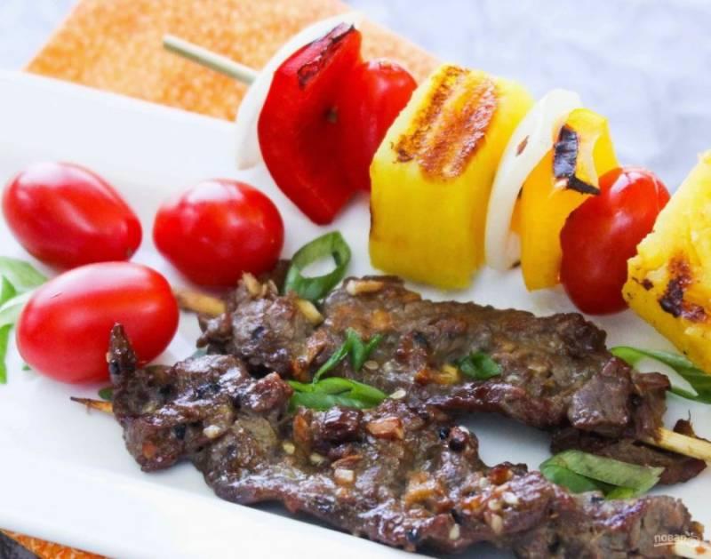 11.Подавайте шашлыки гармошкой сразу после обжаривания, мясо будет нежным и сочным.