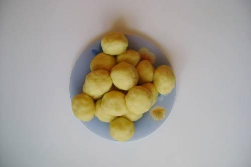 11. Скатайте из картошки небольшие шарики. Из указанного количества ингредиентов получится примерно 16 штучек.