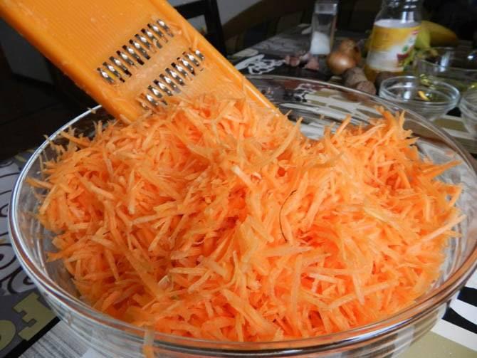 1. Морковь и яблоко трем на терке. Если морковь попалась старая и безвкусная, потушите ее на маленьком огне вместе с медом, пока не размякнет.