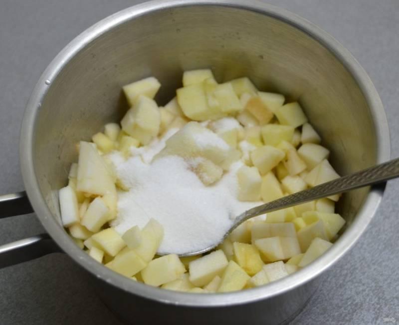 Добавьте сахар, продолжайте тушить яблоки до мягкости.