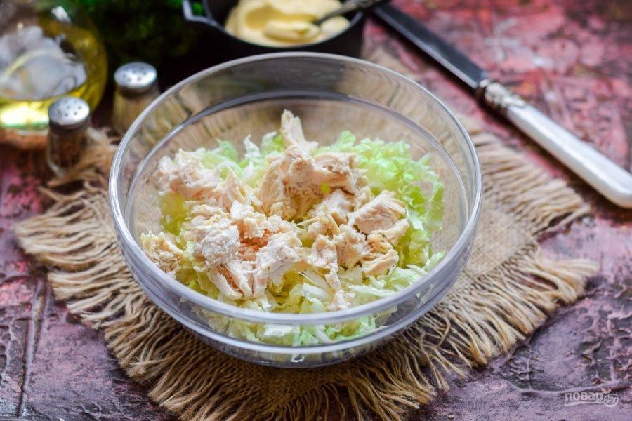 Куриное филе нарежьте кусочками, добавьте к пекинской капусте.