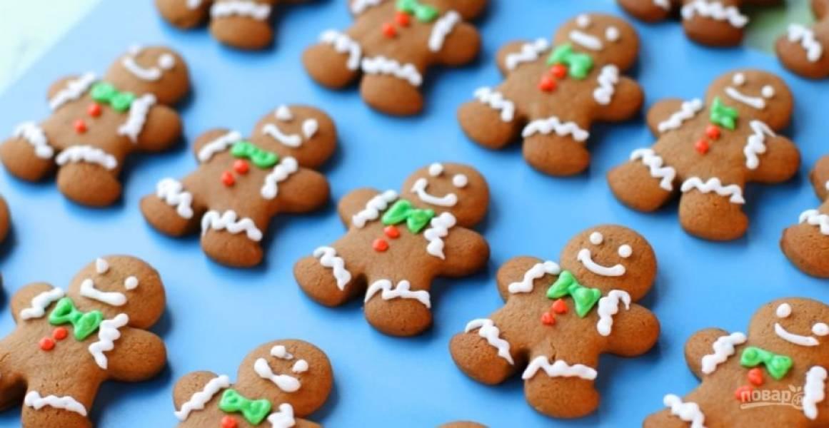 4.  Сразу из морозилки переложите печенье на горячий противень. Выпекайте 8-12 минут. Остудите печенье. Украсьте печенье глазурью и дайте ей остыть. Приятного аппетита!