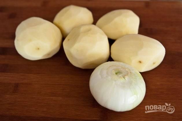 2. Овощи очистите и залейте холодной водой. Картофель лучше подержать в воде не менее 20-30 минут.