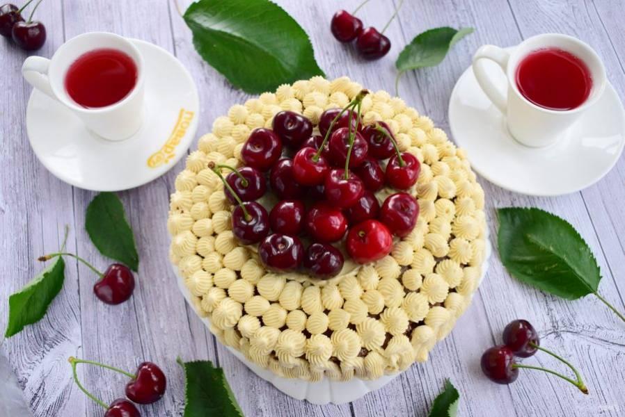 8.    Бока и верх торта смажьте кремом или отсадите его с помощью кондитерского мешка. По желанию верх можно украсить свежими ягодами. До подачи торт держите в холодильнике. Приятного аппетита!