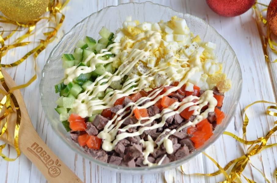 Соберите все ингредиенты в салатнике и добавьте соль, перец, немного майонеза. Перемешайте.
