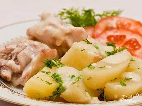Тем временем сварите картофель для гарнира. Украсьте блюдо зеленью и подавайте, пока оно горячее.