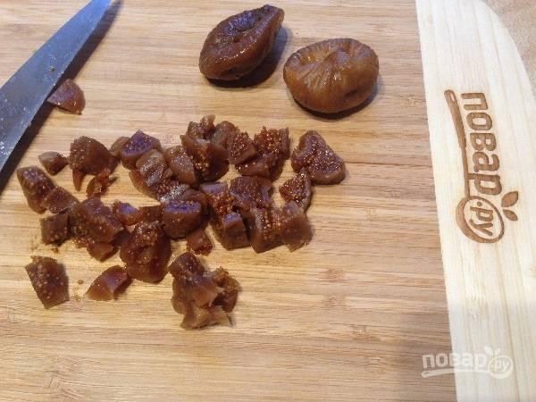 5. Инжир нарезаем на маленькие кусочки. Если у вас очень сухой инжир, замочите его ненадолго в кипятке, а затем обсушите.