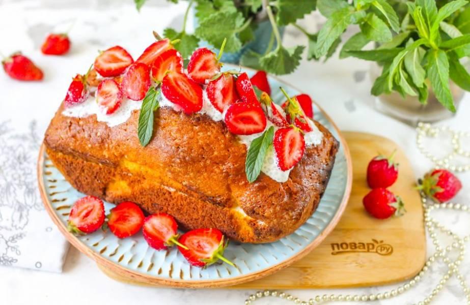Очистите и промойте ягоды клубники. Смажьте середину кекса взбитыми сливками и выложите ломтики клубники. Накройте кекс и смажьте взбитыми сливками, украсьте ломтиками клубники и свежей мятой. Дайте торту пропитаться примерно 30 минут и подайте его к столу.